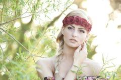 Blonde que lleva una corona de la flor Fotos de archivo