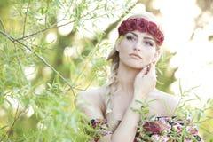 Blonde que lleva una corona de la flor Fotos de archivo libres de regalías