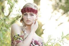 Blonde que lleva una corona de la flor Imagen de archivo