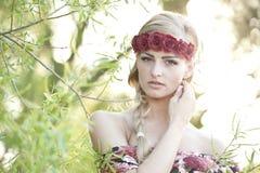 Blonde que lleva una corona de la flor Fotografía de archivo