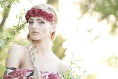 Blonde que lleva una corona de la flor Foto de archivo libre de regalías