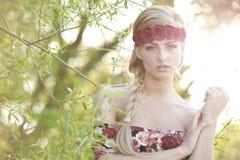 Blonde que lleva una corona de la flor Imagen de archivo libre de regalías