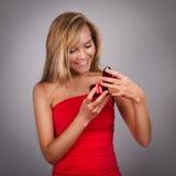 Blonde recht junge Frau mit dem Geschenk des Valentinsgrußes Stockbild