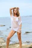 Blonde reife Frau im weißen Bikini auf dem Strand Stockbilder