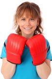 Blonde reife Frau mit dem Boxhandschuhlochen Stockbild