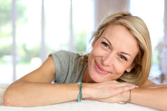 Blonde reife Frau zu Hause Lizenzfreies Stockbild