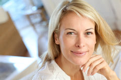 Blonde reife Frau zu Hause Stockbild