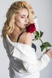 Blonde reizvolle Frau Stockfoto