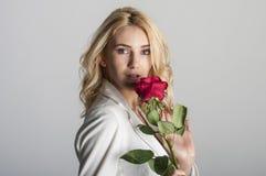 Blonde reizvolle Frau Lizenzfreie Stockfotografie