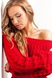 Blonde reizvolle Frau, die rotes Kleid trägt Stockbilder