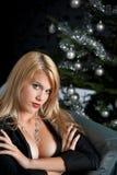 Blonde reizvolle Frau im schwarzen Kleid auf Weihnachten Lizenzfreie Stockfotografie