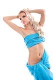 Blonde reizvolle Frau mit blauem Gewebe auf einem Weiß Stockfotos