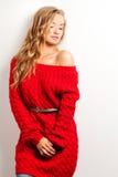 Blonde reizvolle Frau mit dem Tragen des roten Kleides Lizenzfreie Stockfotos