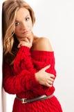 Blonde reizvolle Frau mit dem Tragen des roten Kleides Stockfotografie