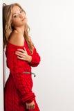Blonde reizvolle Frau mit dem Tragen des roten Kleides Lizenzfreie Stockfotografie