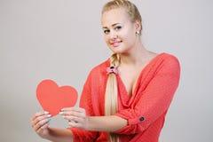Blonde retenant un coeur Photos stock