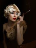 Blonde Retro-angeredete Frau mit Zigarette Stockfotos