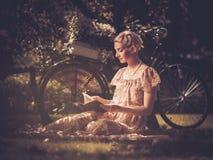 Blonde Retro- Frau auf einer Wiese Lizenzfreie Stockfotografie