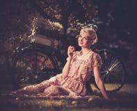 Blonde Retro- Frau auf einer Wiese Stockbilder