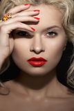 Blonde retro model, rode lippensamenstelling, manicure & juwelenring Royalty-vrije Stock Foto's