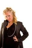 Blonde rizado en blusa y perlas negras fotografía de archivo libre de regalías