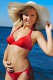 Blonde in rode bikini Stock Afbeelding