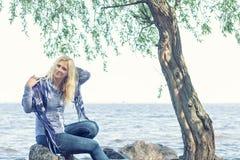 Blonde romantische Frau im Park nahe Fluss Stockfotos