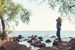 Blonde romantische Frau im Park nahe Fluss Lizenzfreie Stockbilder