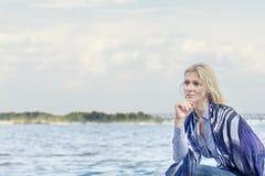 Blonde romantische Frau im Park nahe Fluss Stockbilder