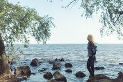 Blonde romantische Frau im Park nahe Fluss Stockbild