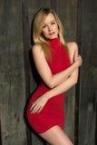 Blonde in rood Stock Afbeelding