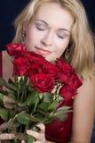 Blonde ruikende rozen Stock Foto's