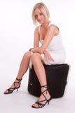 Blonde s'asseyante avec le tatouage Photographie stock