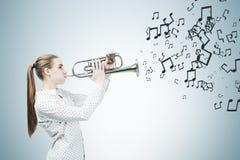 Blonde Saxophonspieler- und -musikanmerkungen Stockfotos
