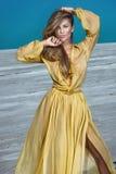 Blonde schöne Dame im gelben Kleid Lizenzfreies Stockfoto