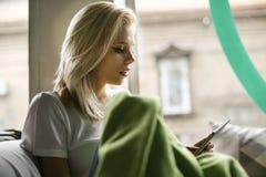 Blonde schöne Frau Abschluss oben Lizenzfreie Stockbilder