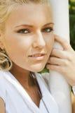 Blonde schöne Frau in einem Park Lizenzfreie Stockbilder
