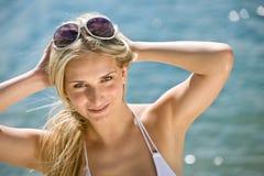 Blonde schöne Frau genießen Sommersonne Stockbild