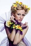 Blonde schöne Frau mit Blumen Stockfotografie