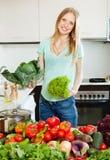 Blonde schöne Hausfrau mit Frischgemüse Lizenzfreie Stockbilder