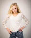 Blonde schöne Jugendliche in den Jeans und in der weißen Spitze Stockfotografie