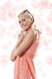 Blonde schöne Mädchenstellung und -c$lächeln Lizenzfreie Stockfotos