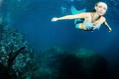 Blonde schöne Meerjungfrau und Seelöwe Stockfotografie