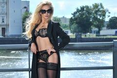 Blonde Schönheit, die in der Unterwäsche aufwirft Stockbilder