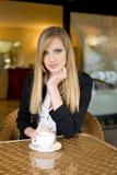 Blonde Schönheit, die etwas Getränk isst. Lizenzfreies Stockbild