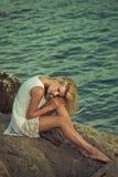 Blonde Schönheit, die im Paradies aufwirft Stockbild