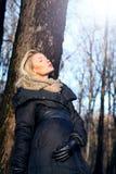 Blonde Schönheit, die im Wald aufwirft. Stockfotografie