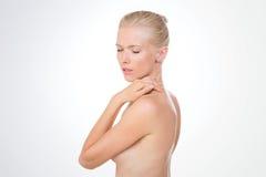 Blonde Schönheit, die unter der Dusche denkt Lizenzfreies Stockfoto