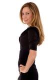Blonde Schönheit in einem kurzen schwarzen Kleid Lizenzfreies Stockfoto