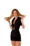 Blonde Schönheit in einem kurzen schwarzen Kleid Lizenzfreie Stockfotos